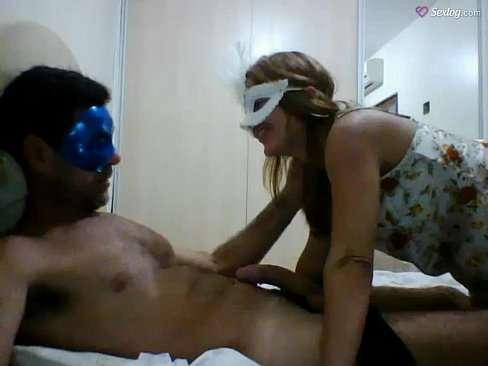Casal mascarado fazendo sexo em vídeo caseiro
