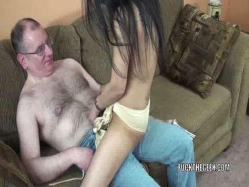 Papai abusando da novinha filha