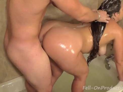 Morena vadia dando o rabao no banho