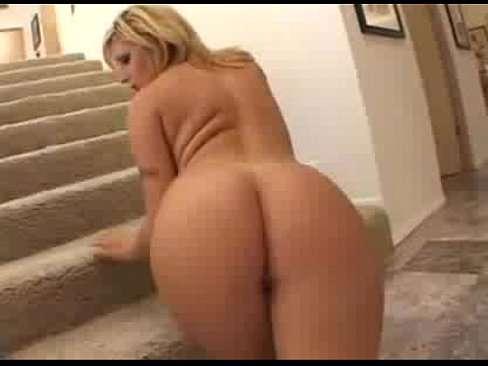 Loira delícia liberando anus grande e gostoso na escada
