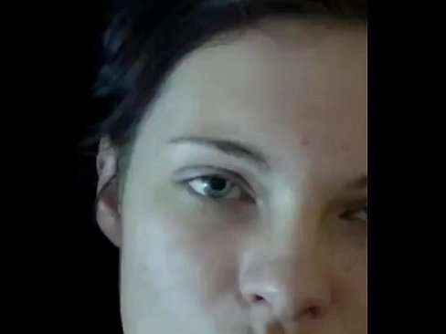 Mulher de olhos verdes tomando porra na cara